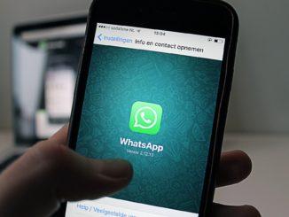 WhatsApp con smartphone - Foto di antonbe