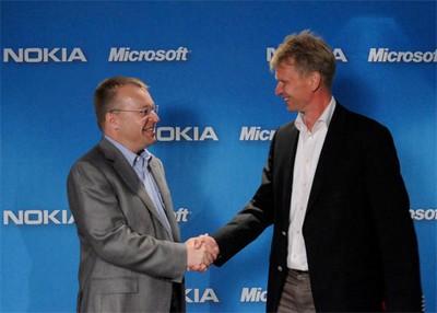 Stephen Elop (Nokia) e Steve Ballmer (Microsoft)