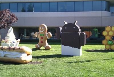 Statua di Android Ice Cream Sandwich nel giardino di Google